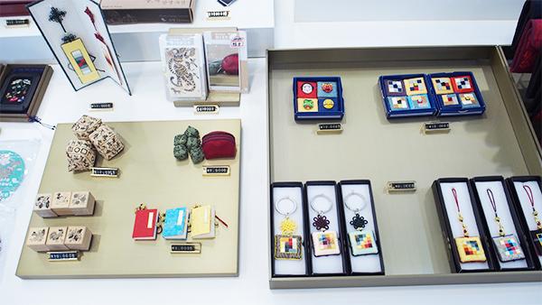 陶磁器、現代食器、エプロン、スカーフ等々
