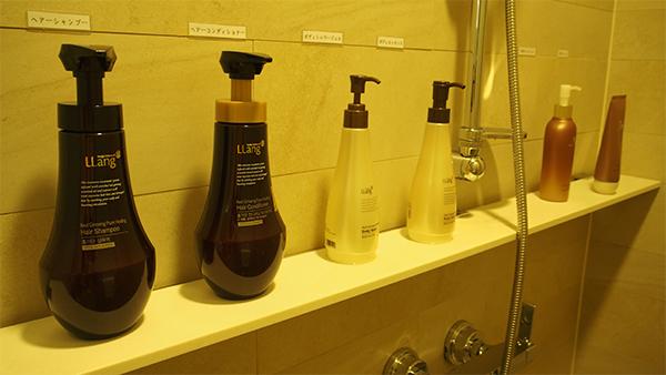 シャワールームには、クレンジングや洗顔、シャンプーなど