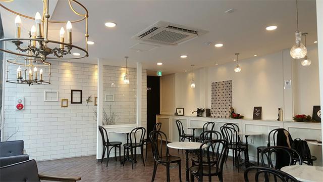 2階は白を基調に照明がきれいな印象