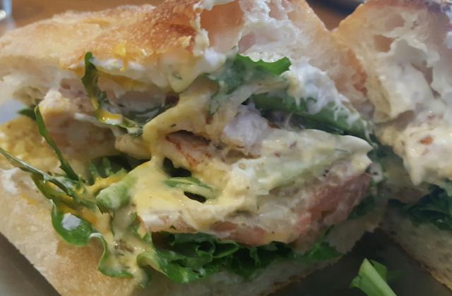 モッツァレラチーズと自家製ソースがチキン