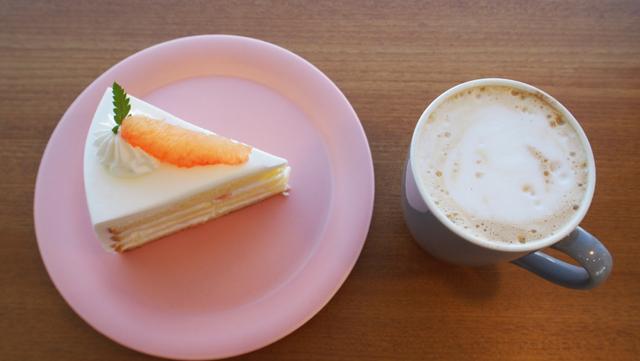 グレープフルーツケーキとカフェラテ