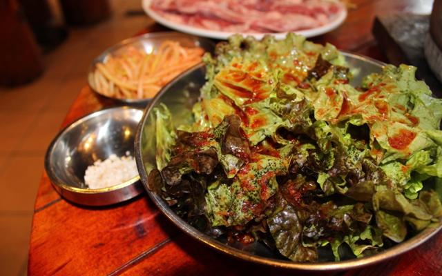 サンチュのサラダと一緒に食べるスタイル