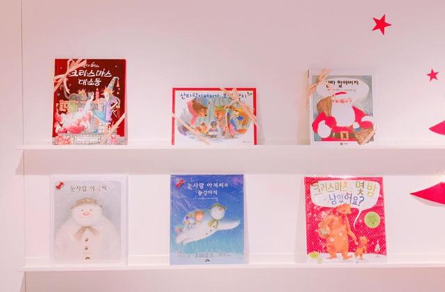 店内はクリスマスに関する絵本で溢れていました