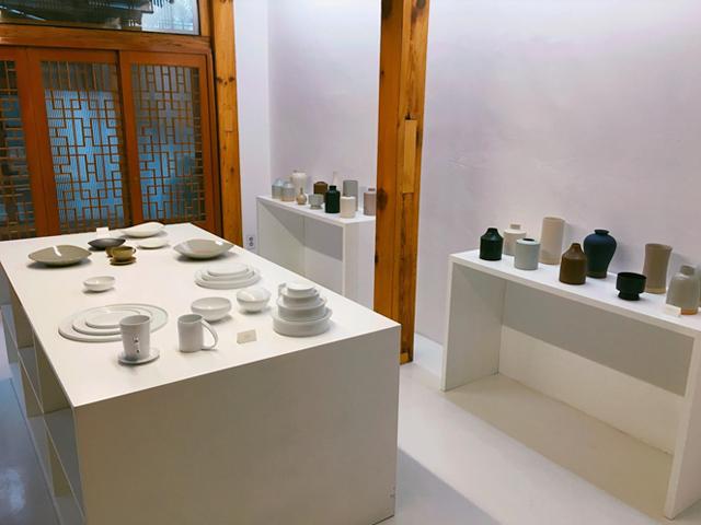 オリジナルグッズや陶器