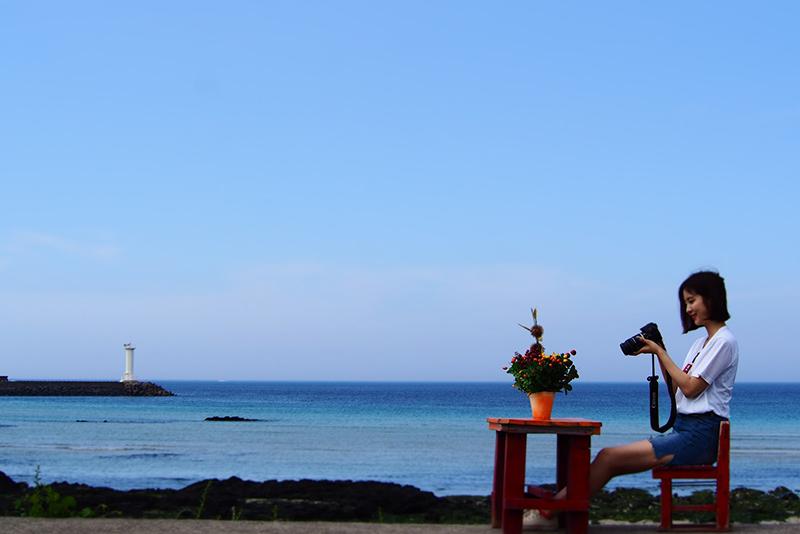 海岸にこんな可愛いテーブルとお花