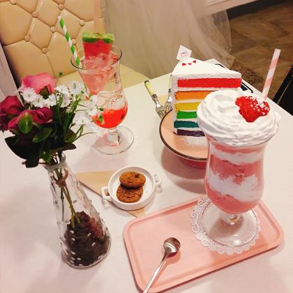 虹色のケーキやスイカバーのトッピング