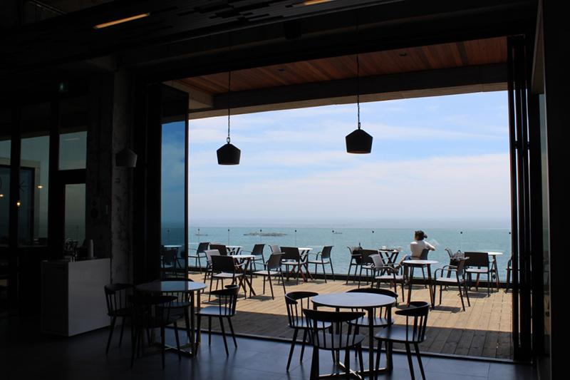 絶景!目の前に海が広がるお洒落カフェ