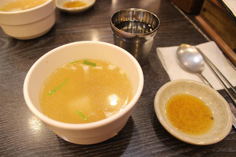 人数分のコンソメスープとごま油のタレ