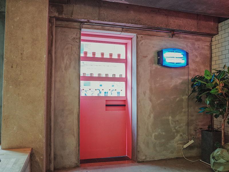 ピンクの自販機が入り口
