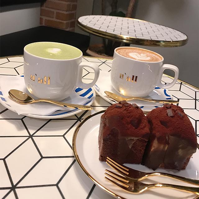 バニララテと抹茶ラテ、チョコレートパウンドケーキ