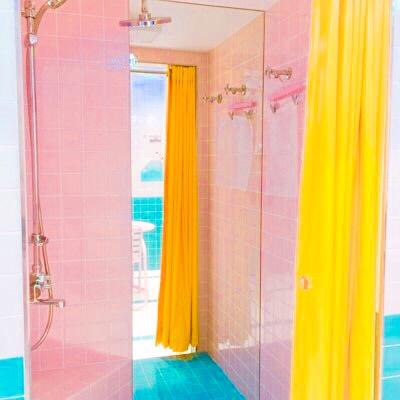 黄色のカーテンがあるシャワールーム