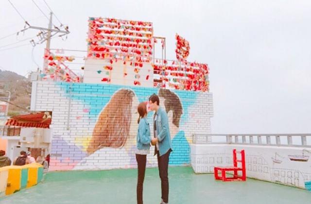 ラブラブカップルの壁画前
