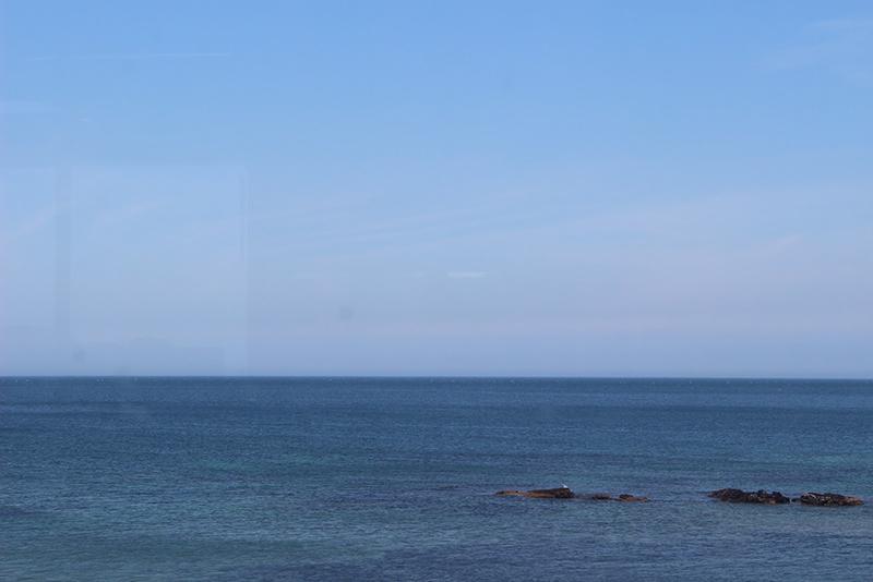 お店の窓からは海