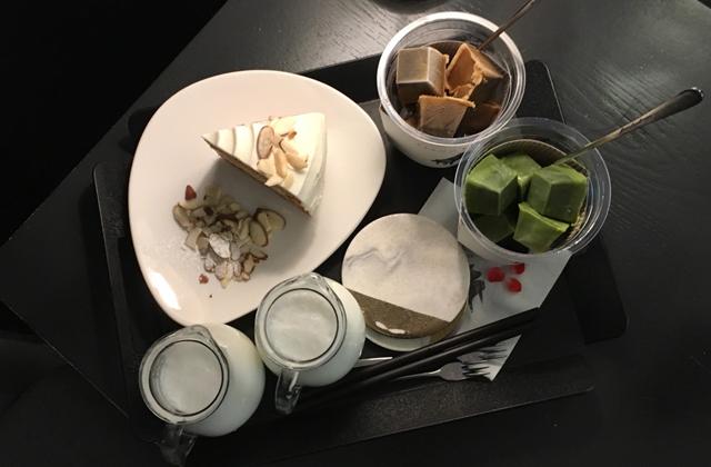 「グリーンティー」と「ミルクティー」、そしてケーキ