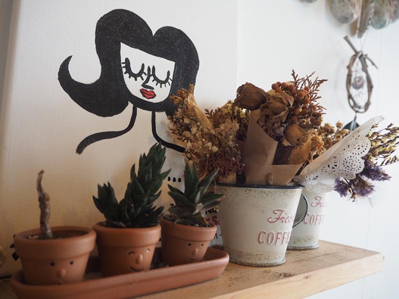 小さくて可愛いインテリアや観葉植物、ドライフラワー