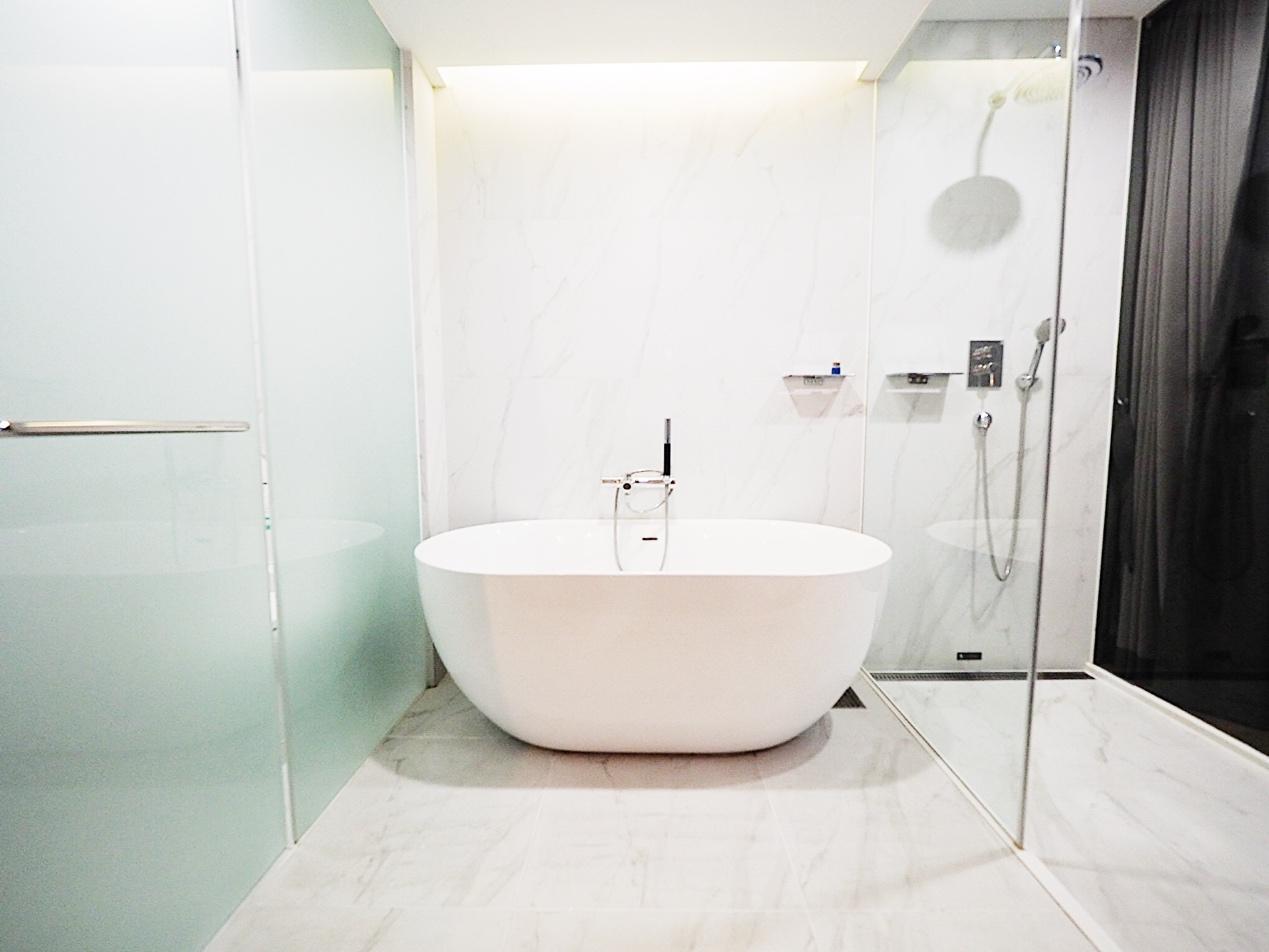 大理石調のバスルーム